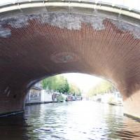 Under a bridge, entrance to the Nieuwe Prinsengracht