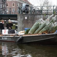 Delivering Christmas trees by boat www.kerstboomboot.com