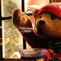 Bubble-blowing bear outside a toy shop (Tinkerbell) on the Spiegelgracht