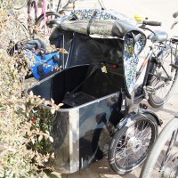 Groovy bakfiets with a front door.